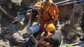 Tim SAR berusaha menyelamatkan seorang warga yang tertimbun reruntuhan di Perumnas Bala Roa, Palu, Minggu (30/9). BNPB merilis jumlah korban yang meninggal dunia akibat gempa bumi yang melanda Kota Palu tercatat 832 orang. ANTARA FOTO/Darwin Fatir