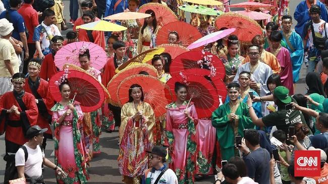 Seluruh kostum tradisional dari sejumlah negara di Asia dipamerkan di pawai obor Asian Para Games 2018. (CNN Indonesia/Andry Novelino)