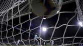 Kiper Sassuolo Andrea Consigli hanya terdiam ketika Suso mencetak gol kedua AC Milan pada menit ke-50. (REUTERS/Alberto Lingria)