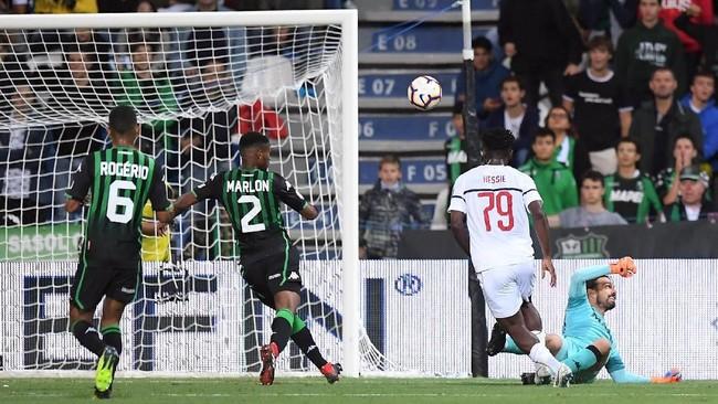 AC Milan mendominasi pertandingan melawan Sassuolo, tapi sempat kesulitan mencetak gol sebelum Franck Kessie memecah kebuntuan pada menit ke-39. (REUTERS/Alberto Lingria)