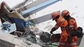 Tim SAR memotong besi reruntuhan bangunan untuk mengevakuasi korban di Hotel Roraroa, Palu, Sulawesi Tengah, Senin (1/10). (ANTARA FOTO/Basri Marzuki)