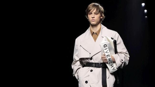 Paris Fashion Week (PFW) 2018 jadi saksi bagaimana Waight Keller justru mengaplikasikan garis-garis tegas di antara koleksinya. Ia ingin melebur pria dan wanita jadi satu.(REUTERS/Gonzalo Fuentes)