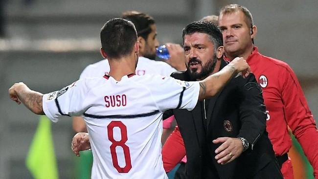 Suso merayakan gol bersama pelatih AC Milan Gennaro Gattuso. Suso mencetak gol keduanya di pengujung babak kedua lewat tendangan keras dari luar kotak penalti. (REUTERS/Alberto Lingria)