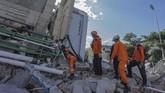 Petugas Basarnas melakukan pencarian korban gempa dan tsunami di Hotel Roa-roa, Palu, Sulawesi Tengah, Minggu (30/9). (ANTARA FOTO/Muhammad Adimaja)
