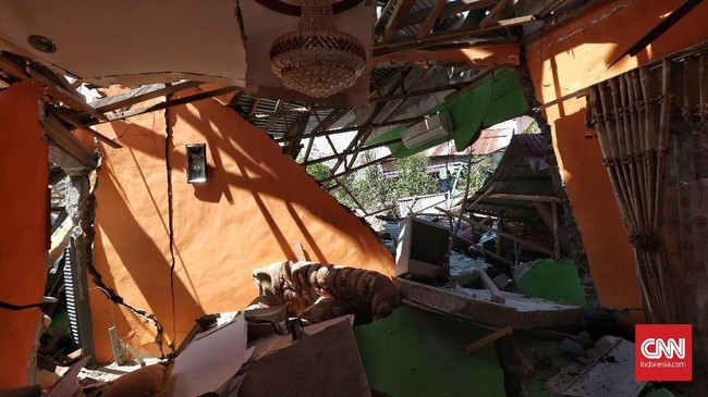 Lumpur ini disebut BNPB sama berbahayanya dengan gempa itu sendiri, sebab lumpur yang muncul di bawah permukaan gedung bisa menyebabkan bangunan rubuh hingga hanyut. (CNN Indonesia/Adhi Wicaksono)