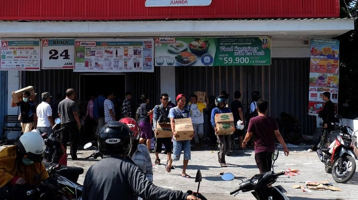Perseoan berupaya agar mini market yang ada di lokasi bencana bisa segera beroperasi agar segera melayani masyarakat yang memerlukan kebutuhan sehari-hari.