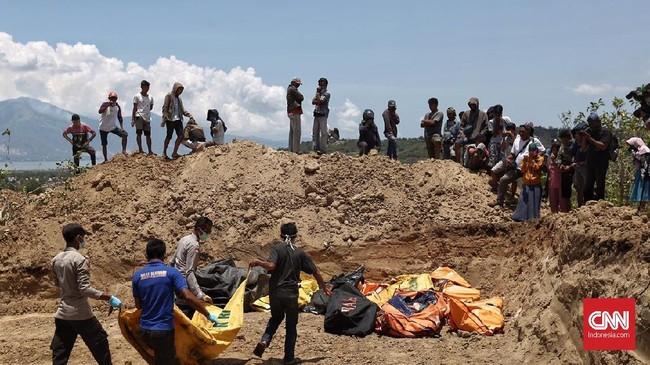 Tim SAR gabungan saat ini masih berusaha mengevakuasi korban meninggal dan korban luka akibat gempa. Tim SAR menduga masih ada korban yang tertimbun di beberapa bangunan yang runtuh akibat gempa. (CNN Indonesia/Adhi Wicaksono)