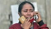 Warga berkomunikasi dengan sanak saudaranya yang menjadi korban gempa dan tsunami di Hotel Roa-roa, Palu, Sulawesi Tengah, Minggu (30/9). (ANTARA FOTO/Muhammad Adimaja)