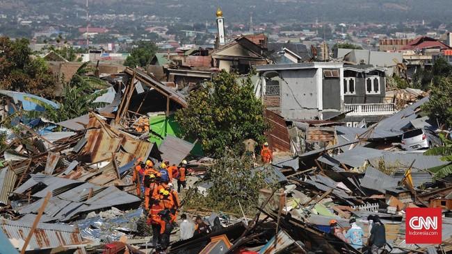 Hampir seluruh rumah di kompleks yang dihuni sekitar 900 kepala keluarga ini hancur dan amblas hingga 20 meter. (CNN Indonesia/Adhi Wicaksono)