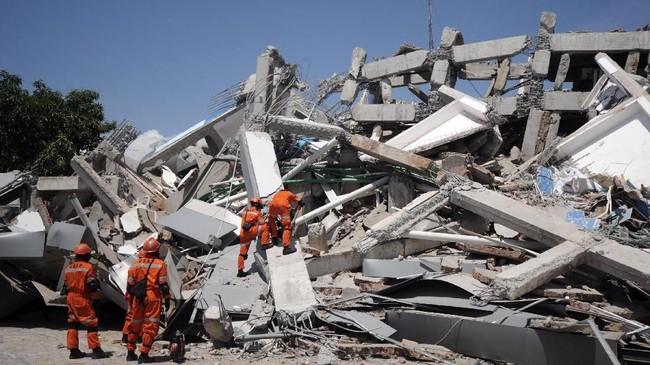 Tim SAR berusaha mengevakuasi korban yang masih tertimbun reruntuhan di Hotel Roa-roa, Palu, Sulawesi Tengah, Senin (1/10) yang rubuh akibat gempa jelang akhir pekan lalu. (ANTARA FOTO/Basri Marzuki)