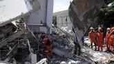 Tim SAR mengevakuasi seorang korban dari reruntuhan di Hotel Roa-roa, Palu, Sulawesi Tengah, Senin (1/10). (ANTARA FOTO/Basri Marzuki)