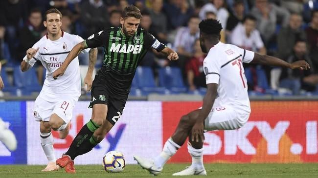 Sassuolo sempat memperkecil kedudukan lewat gol Filip Djuricic pada menit ke-68, namun AC Milan kembali mencetak gol saat injury time babak kedua. (REUTERS/Alberto Lingria)
