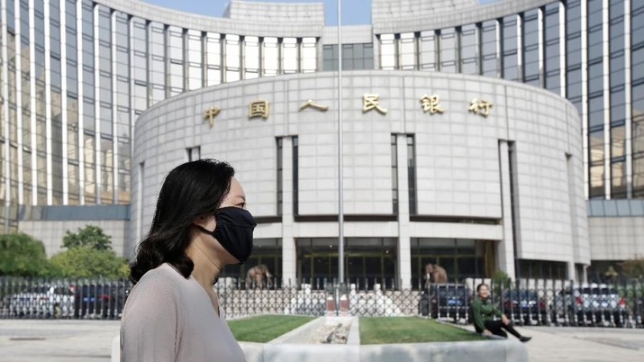 People walk past the headquarters of the People's Bank of China (PBOC), the central bank, in Beijing, China September 28, 2018. REUTERS/Jason Lee