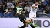 AC Milan kemudian menggandakan keunggulan melalui cantik Suso pada menit ke-50. Tendangan keras Suso dari luar kotak penalti bersarang ke pojok kanan gawang Sassuolo. (REUTERS/Alberto Lingria)