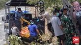 Sebanyak 18 jenazah korban gempa dan tsunami di Palu, Sulawesi Tengah dimakamkan secara massal di tempat pemakaman umum Poboya Indah, Palu, Senin (1/10). (CNN Indonesia/Adhi Wicaksono)