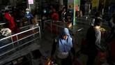 Pada Selasa (2/10), Karopenmas Polri menyatakan polisi sudah menetapkan 45 orang menjadi tersangka atas dugaan tindak penjarahan di Palu, Sulawesi Tengah pasca gempa pada Jumat (28/9). (REUTERS/Athit Perawongmetha)