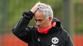 Jose Mourinho tetap tak bisa menutupi ketegangannya saat latihan. Ia membutuhkan hasil positif saat Man United menjamu Valencia demi menjaga posisinya sebagai manajer Setan Merah. (Reuters/Jason Cairnduff)