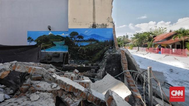 Tembok luar Lapas Kelas II A Palu yang roboh diguncang gempa. (CNN Indonesia/Adhi Wicaksono)