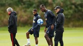 Jose Mourinho yang nyaris tak saling bertatapan pada latihan di Carrington. Dikabarkan media-media Inggris, Pogba mengancam tinggalkan Inggris tahun depan jika Mourinho bertahan. (Reuters/Jason Cairnduff)
