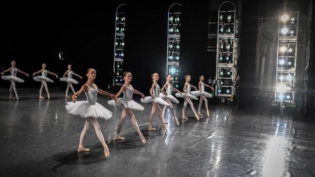 Paris Opera Ballet juga punya cabang bernama Paris Opera Ballet School, yang diperuntukkan untuk penari balet muda.
