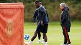 Suasana latihan Manchester United jelang menjamu Valencia di Liga Champions. Hubungan Paul Pogba dan Mourinho dikabarkan kembali merenggang setelah keduanya tertangkap kamera tengah cekcok pada latihan di Carrington. (Reuters/Jason Cairnduff)
