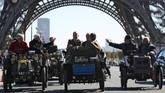 Parade mobil klasik melintasi menara Eiffel di Paris untuk menandakan ulang tahun ke-120 Mondial de l'Automobile yang akan dibuka pada 4 Oktober 2018 (AFP PHOTO / Zakaria ABDELKAFI)