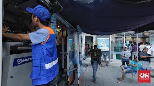 warga melakukan transaksi di anjungan tunai mandiri yang mulai aktif pascabencana gempa dan tsunami di Palu, Sulawesi Tengah, Selasa (2/10). (CNN/Adhi Wicaksono).