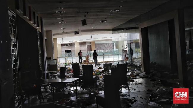 Dengan terputusnya jalan menuju Palu dari beberapa kota, serta bandara yang belum bisa berfungsi sepenuhnya, bantuan memang terhambat terutama di beberapa hari setelah terjadinya gempa. (CNN Indonesia/Adhi Wicaksono)