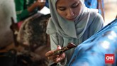 Pengrajin melukis Batik tulis di sanggar Betawi Seraci. Desa Segara Jaya, Kecamatan Taruma Jaya. Kabupaten Bekasi. Batik Betawi Seraci dijual dengan harga Rp. 100 ribu hingga Rp. 1 juta per potong kain. (CNN Indonesia/Andry Novelino)