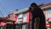 Kepala Lapas Palu, Adhi Yanriko menunjukkan kondisi Lembaga Pemasyarakatan Kelas II A Palu yang roboh akibat gempa. (CNN Indonesia/Adhi Wicaksono)