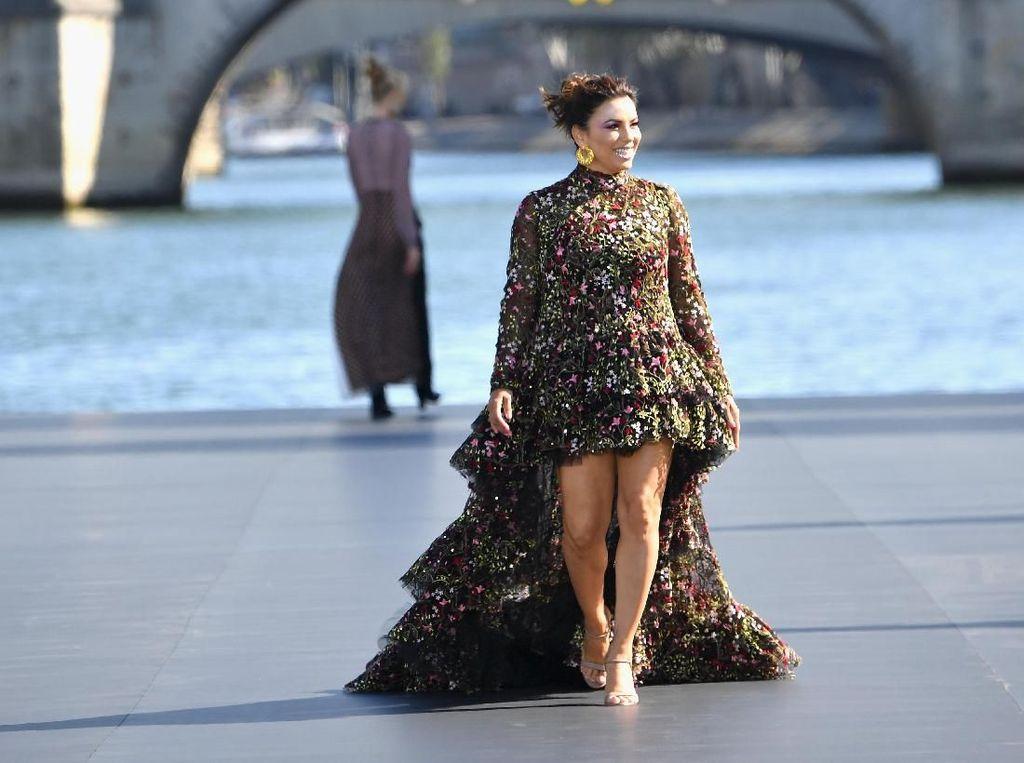 3 Bulan Pasca Melahirkan, Eva Longoria Jadi Model di Paris