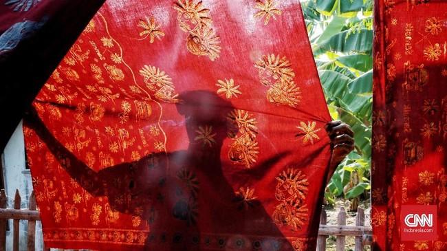 Batik motif Loreng Ondel-Ondel dibuat untuk mengangkat kesenian Betawi, yaitu boneka ondel-ondel itu sendiri. Boneka ondel-ondel adalah boneka yang dipercaya dapat digunakan untuk penolak bala (kutukan atau sifat buruk). (CNN Indonesia/Andry Novelino).