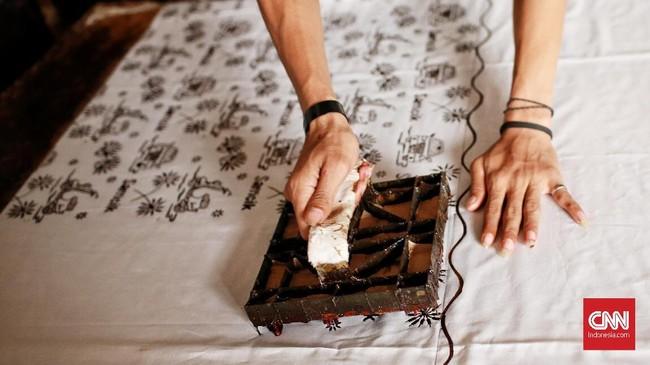 Proses pembuatan batik dengan motif simbol-simbol Betawi dengan metode cetak. Batik Betawi mempunyai proses pembuatan sama dengan batik-batik lain Nusantara, yaitu dengan metode tulis dan cetak. (CNN Indonesia/Andry Novelino)