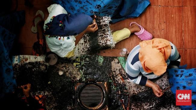 Batik juga menjadi salah satu identitas Bekasi. Hal ini dapat dilihat dari produksi batik di Kampung Kebonkelapa, Desa Segarajaya. Di tempat tersebut, Rumah Batik Betawi Seraci melakukan produksi batik khas Betawi Bekasi. (CNN Indonesia/Andry Novelino)