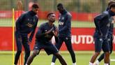 Paul Pogba berusaha fokus pada latihan jelang menghadapi Valencia di Liga Champions 2018/2019.(Reuters/Jason Cairnduff)