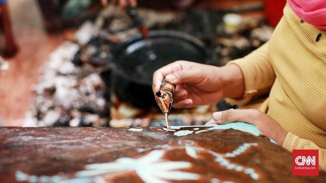 Melalui batik Betawi ini identitas budaya Betawi tercermin, kehidupan masyarakat Betawi dituangkan ke dalam desain batik Betawi. (CNN Indonesia/Andry Novelino)