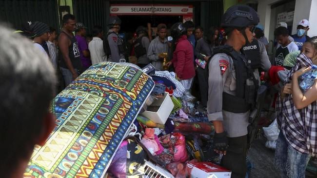 Sejumlah minimarket menjadi sasaran aksi penjarahan masyarakat di Palu. Beberapa dari aksi penjarahan itu digagalkan oleh aparat kepolisian seperti di Transmart dan sebuah toko telepon seluler di Jalan Basuki Rahmat, Palu. (REUTERS/Athit Perawongmetha)