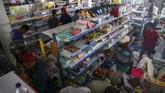 Kadiv Humas Polri mengatakan toleransi diberikan pada warga yang mengambil makanan atau kebutuhan pokok lainnya di toko-toko untuk bertahan hidup. Di luar itu, polisi akan menindak tegas. (REUTERS/Athit Perawongmetha)