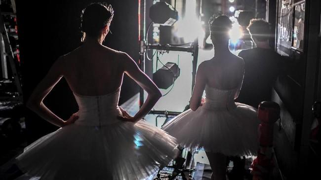 Para penari dari sekolah balet ternama di Paris, Paris Opera Ballet, terlihat bersiap untuk tampil dalam panggung Opera Garnier di Palais Garnier, Paris, Perancis, yang berlangsung pada 27 September 2018.