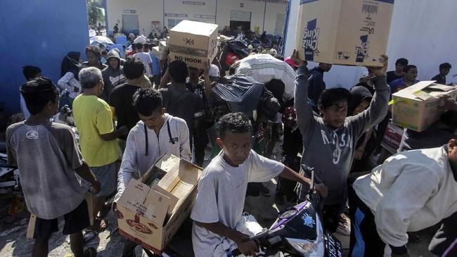 Kronologi penjarahan terjadi setelah warga semula mencari kebutuhan bertahan hidup, sementara bantuan kemanusiaan belum datang. Tapi, niat mengambil barang di luar kebutuhan pokok pun mereka lakukan saat mendapatkan kesempatan. (ANTARA FOTO/Muhammad Adimaja)