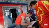 Sejumlah napi yang keluar dari lapas dikenakan wajib lapor setiap harinya. (CNN Indonesia/Adhi Wicaksono)