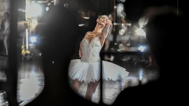 Anak-anak muda di Perancis masih menganggap penari balet sebagai karier yang menjanjikan. Oleh karena itu bisa diterima sebagai Paris Opera Ballet merupakan kebanggaan tersendiri, walau harus berlatih tekun setiap harinya.