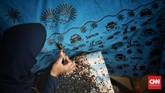 Batik Sanggar Betawi Seraci mempunyai ciri khas tersendiri dengan menampilkan motif yang berkaitan dengan Ibukota Jakarta dengan warna-warna berani atau cerah, dengan gambar batik tulis maupun cetak simbol dan tokoh Betawi seperti Ondel-ondel, Monas dan Pitung. Bekasi. (CNN Indonesia/Andry Novelino)