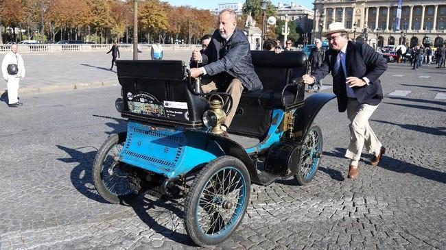 Penggemar mobil klasik mengendarai De Dion Bouton Vis-a-vis buatan 1901 saat parade Place de la Concorde di Paris, Prancis, (AFP PHOTO / Zakaria ABDELKAFI)