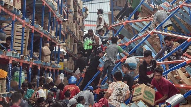 Presiden Joko Widodo menginstruksikan Kapolri Jenderal Tito Karnavian serta Panglima TNI Marsekal Hadi Tjahjanto mengerahkan anak buahnya berjaga di titik-titik vital seperti SPBU dan pusat ekonomi di Palu dan Donggala, Sulawesi Tengah. (ANTARA FOTO/Muhammad Adimaja)