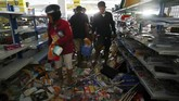 Asosiasi Pengusaha Ritel Indonesia (Aprindo) menyebut barang dagangan di 41 gerai minimarket di Palu diambil korban gempa dan tsunami di Palu. (REUTERS/Athit Perawongmetha)
