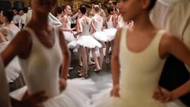 FOTO: Di Balik Indah Balet Paris