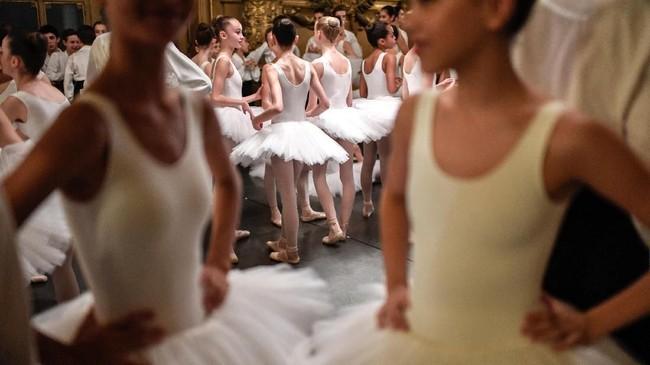 Setiap tahunnya, sebanyak 150 penari balet dari sekolah ini tampil dalam acara bergengsi di Palais Garnier.