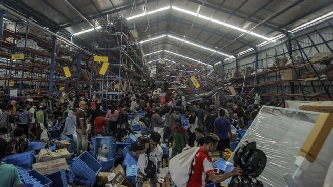 Warga korban gempa mengambil berbagai keperluan logistik di Mamboro, Palu Utara, Sulawesi Tengah, Senin (1/10). Warga di wilayah Palu Utara hingga Donggala bagian pantai Barat terpaksa mengambil berbagai kebutuhan tersebut karena bantuan belum sampai ke lokasi. (ANTARA FOTO/Muhammad Adimaja)
