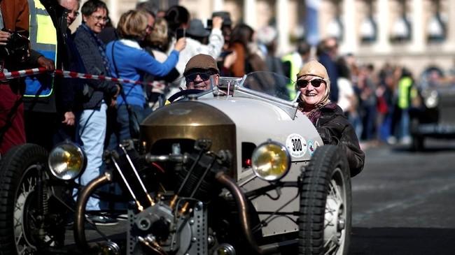 Penggemar mobil kuno kumpul di acara parede Place de la Concorde yang merupakan bagian dari pameran otomotif Paris Motor Show ke-120 di Paris, Prancis. (REUTERS/Benoit Tessier)
